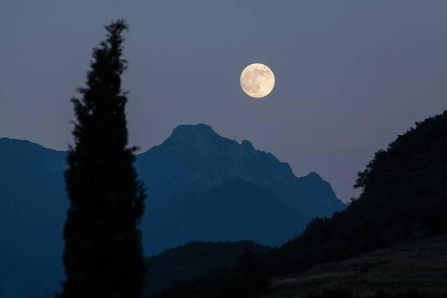 ムーン サイプレス 山 - Pixabayの無料写真 (614590)