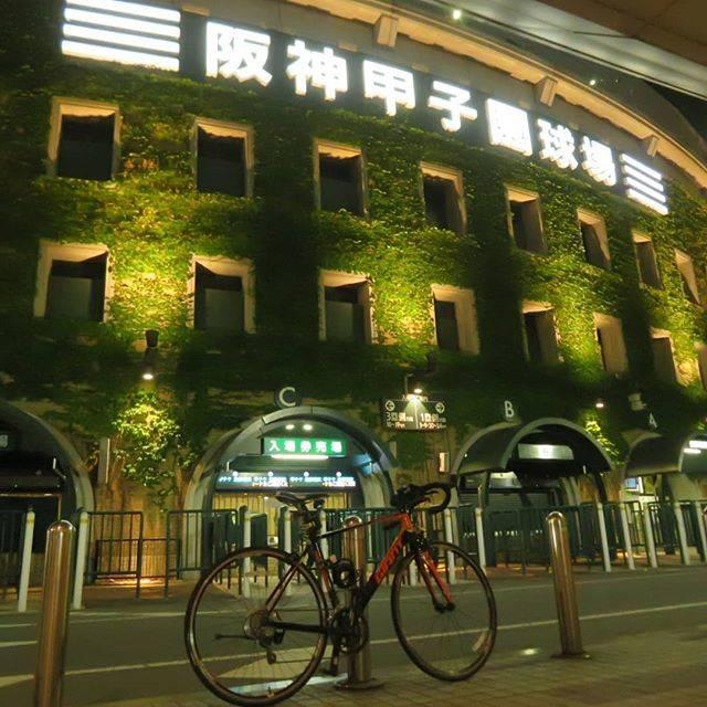 """れいあ@軍艦設計士 on Instagram: """"甲子園球場と愛車#阪神甲子園球場#ロードバイクのある風景#風景写真#風景写真を撮るのが好きな人と繋がりたい #夜景#写真好きな人と繋がりたい高校生#ファインダー越しの私の世界 #ロードバイク"""" (420902)"""