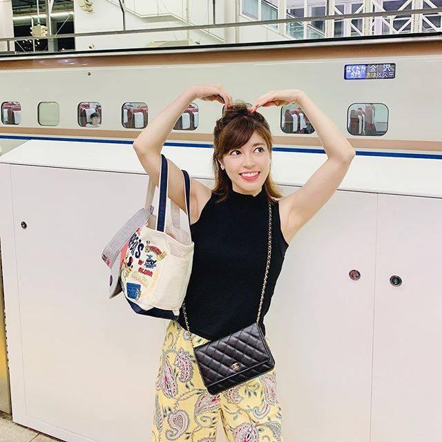 """神田愛花 on Instagram: """"新幹線が遅れてるぞぃ😆#軽井沢#夜は少し寒い#眠い#神田愛花"""" (546715)"""