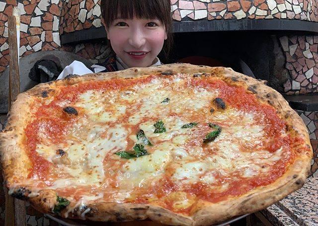 """もえのあずき(Moeno Azuki) on Instagram: """"世界チャンピオンに巨大ナポリピッツァ作ってもらったぁ😋💓食べてる動画載せてるからプロフィール欄からとんでYouTubeみてね💓#ナポリピッツァ#pizzeriaetrattoriadaisa #ダイーサ#巨大ピザ#pizza#デカ盛り#大食い"""" (549098)"""