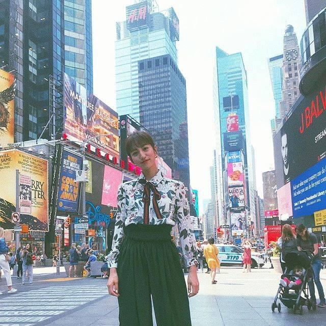 """Akane Hotta / 堀田茜 on Instagram: """"楽しかったNY。 話題のオフブロードウェイ「スリープノーモア 」を見たり大満喫の旅だった💜 渡辺直美さん、キレイモガールズの5人でNYのショップやカフェを巡った特番の放送は、まだ先なのでこれからお楽しみに☺️🌈 この時の衣装もお気に入り👗 blouse:…"""" (554315)"""