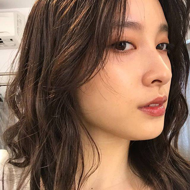 """土屋太鳳 on Instagram: """"こっちから見ると髪がどうなってるのかがわかりやすいかも。ふむふむ。勉強になります💡私は猫っ毛のクセっ毛なので夏はホントに湿気との戦いですが💦がんばろう。笑"""" (558022)"""