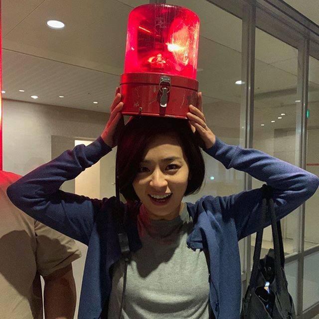 """rikomama on Instagram: """"#尾野真千子さん#おのまっちゃん💕#それって^_^#パトカーの🚓#お茶目でサービス精神旺盛な女優さん💕"""" (561634)"""