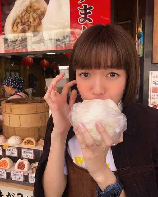 """佐藤栞里 on Instagram: """". MORE7月号 発売しました🍉✨ 連載撮影の帰りに 横浜中華街で肉まんを🤤 手いっぱいの大きさ(手の大きな私でさえも) そして出来立てほかほかの熱さに(猫舌ではない私でさえも) 一瞬顔を背けるほど驚きましたが ふわんふわんでとても美味しかったです☺️ #夏が近づいてきて…"""" (561911)"""