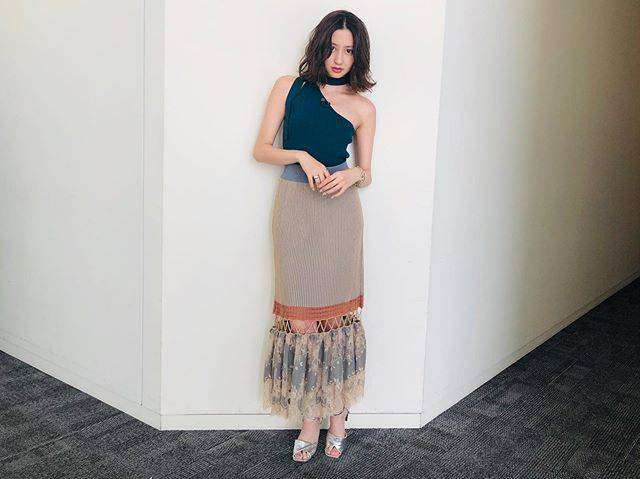 "Mayuko Kawakita 河北麻友子 on Instagram: ""FASHIONTOP&SKIRT: Ameri VINTAGEEARRINGS: ADER bijouxBRACELET: GIGIRING: e.m.SANDALS: SLY#FASHION #衣装"" (562984)"