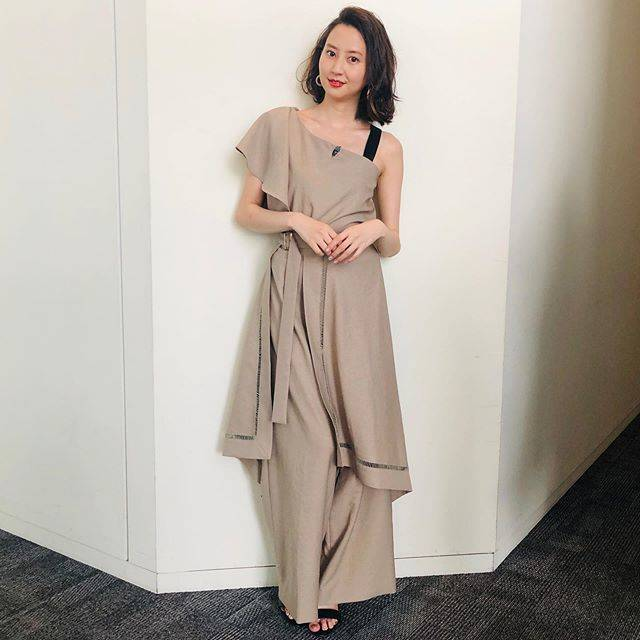 "Mayuko Kawakita 河北麻友子 on Instagram: ""FASHIONTOP&BOTTOM: AULAACCESSORIES: AnemoneSANDALS: RANDA#FASHION #衣装"" (562986)"