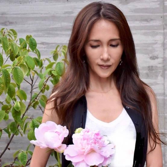 """Kudo_shizuka on Instagram: """"長女が買って来てくれた芍薬。 この芍薬の名前はかぐや姫💕茎を切りながら飾ると、蕾もしっかり咲いてくれます。  花が咲くタイミングは、きっとその花が決めるのだろう。蕾からじっくりと咲く力を備えて。  一生懸命に咲いてるようにも見えた。…"""" (566638)"""