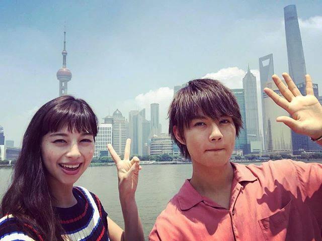 """中条あやみ on Instagram: """"写真あげたり消したりすみません💦 機械音痴でインスタの機能をよく分かってなくて。。笑上海は人も明るくてご飯もとても美味しくて最高でした😋 一緒に行った佐野くんと上海の観光スポットで🤳 2人とも眩しい顔。。😎笑#中条あやみ #佐野勇斗 #3D彼女"""" (584164)"""