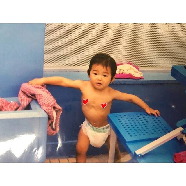 """Rikako Ikee on Instagram: """"*幼少期⭐︎の写真見つけたこの時から筋肉質っぽいよね…テナガザルかな🐒(笑)小学校のプールサイドでの写真📸面影ありますかー??😂#筋肉質は生まれつき#手が長い#オムツがだぼだぼ#顔むくんでる#多分一歳"""" (590656)"""