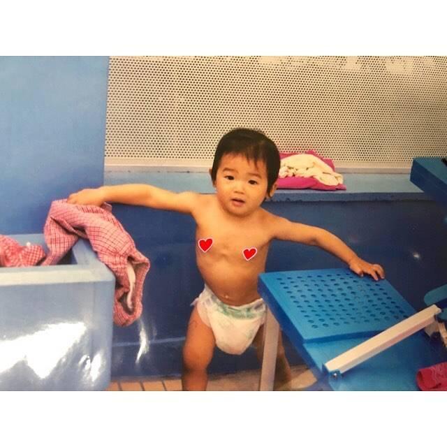 """Rikako Ikee on Instagram: """"*幼少期⭐︎の写真見つけたこの時から筋肉質っぽいよね…テナガザルかな🐒(笑)小学校のプールサイドでの写真📸面影ありますかー??😂#筋肉質は生まれつき#手が長い#オムツがだぼだぼ#顔むくんでる#多分一歳"""" (594206)"""