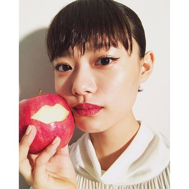 """杉咲花 on Instagram: """"リンゴとくちびる。吉田ユニさんの連載ページ「PLAY A SENSATION」と、わたしの連載ページ「蜜の音」。どちらもお楽しみください🍎💋雑誌 装苑 あした発売。"""" (594305)"""