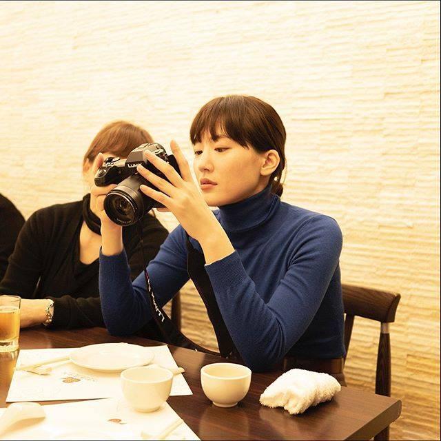 """ハルカノイセカイ on Instagram: """"人和園雲南菜  台北市中山區錦州街 16 號  スナップエンドウのスープが来るまで、撮影した写真をヘアメイクの中野明海さんと一緒に確認📷💕 #ハルカノイセカイ 台湾版のすべての写真は、Panasonicの#LUMIXS1R で撮影されているのです✨  #綾瀬はるか #佐内正史…"""" (595356)"""