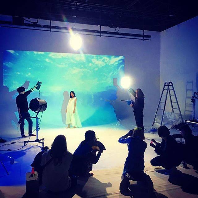"""桐谷美玲 on Instagram: """"今月のGINGERの連載の舞台裏。カメラ、服、ヘアメイク、光、風、シャボン玉、扇子隊…みんなで作った幻想的な世界はとても綺麗でした😌"""" (597407)"""