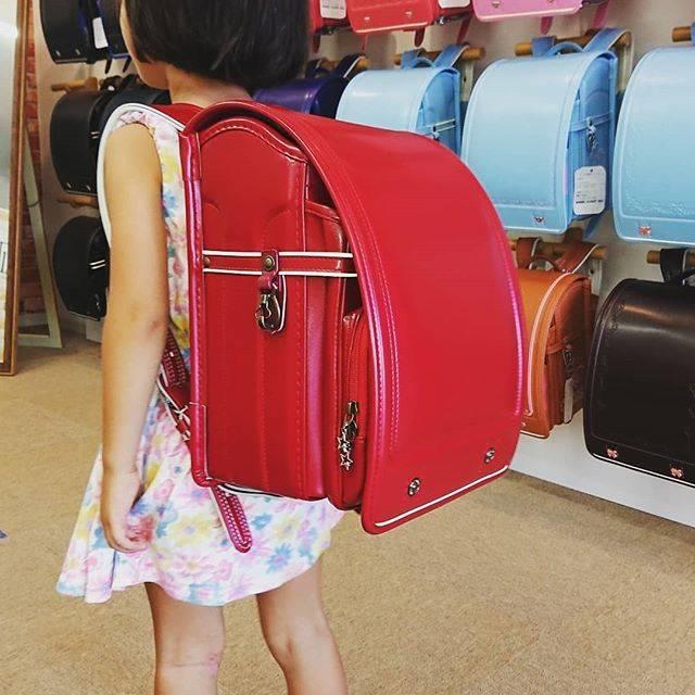 """沖縄ランドセル社 on Instagram: """"シンプルで飽きのこない赤のランドセル🎒  定番の赤はデザインも種類も豊富です!! 笑顔の素敵な女の子にピッタリのカラー♪  写真撮影のご協力とご購入いただいたお客様、誠にありがとうございました。  沖縄ではここでしか買えないランドセルを多数お取り扱いしております。…"""" (601622)"""