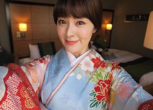 """貫地谷しほり on Instagram: """"貫地谷しほりです。今更始めてみました。今日は朝からおめかしして桜を見に行きましたよ。大好きなあの方にも会えて幸せでした。。#新宿御苑 #桜 #安倍首相 #桜を見る会 #貫地谷しほり"""" (611145)"""