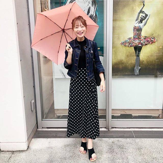 """鈴木奈々 on Instagram: """"雨の日コーデです♡♡♡デニムジャケット @tob_by_agnesb ドットスカート @fray_id サンダル @fray_id #雨の日コーデ"""" (616599)"""