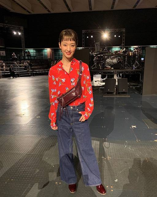 "WWD JAPAN on Instagram: ""NYコレ取材:「ラグ & ボーン」のショーに女優の剛力彩芽が来場!カジュアルなデニムパンツに合わせた赤いフローラルブラウスが映えてお似合いです💐  #NYFW #frontrow #RAGANDBONE #RAGBONE #GorikiAyame #ラグアンドボーン…"" (620024)"