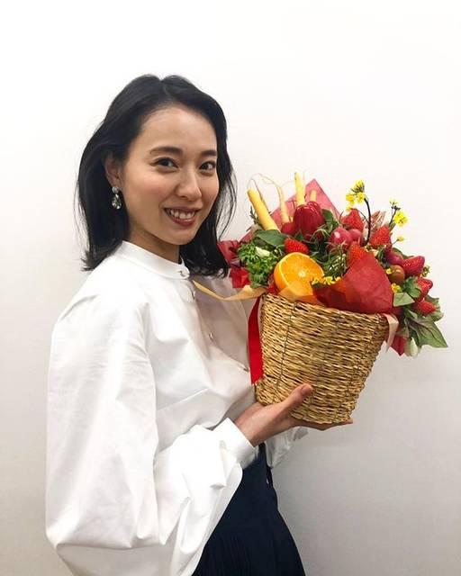 """戸田恵梨香 on Instagram: """"滋賀のフルーツ、お野菜をたっぷり頂きました明日の朝ごはんにしよーっと🤤滋賀の皆さん、これから一年どうぞ宜しくお願い致します#スカーレット"""" (623164)"""
