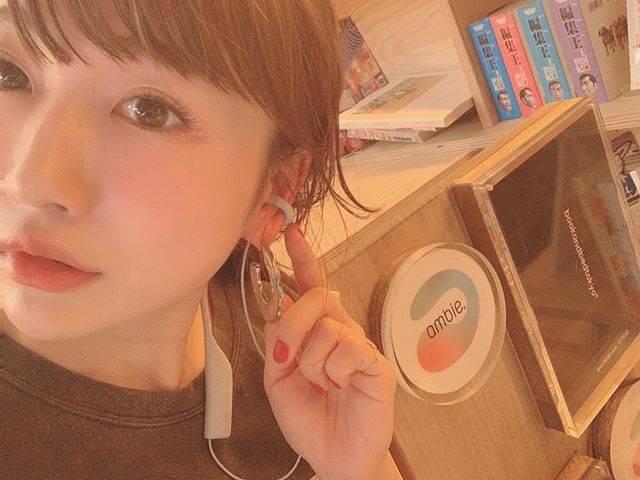 """桃 momo on Instagram: """"外の音を聴きながら音楽を聴けるイヤフォンambie👏🏻女性の夜道でイヤフォンで耳を完全に塞いでしまうのはすごく危険だからね、女性の強い味方です。 常に生活の中でBGM感覚で音楽を聴ける素敵イヤフォン💖 デザインと色合いもめちゃ可愛い。…"""" (625476)"""