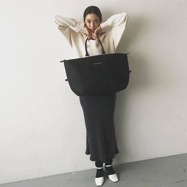 """Spring Takarajimasha on Instagram: """"栞里ちゃんも9月号付録を持ってくれましたー😍❤️ かわいい〜!💐 「すごーい!」とお褒めの言葉をいただいたビッグボストン付き9月号は8/22までの販売なので、手に入れてない方はお早めに! 9月号ゲットしてね!!…"""" (628535)"""