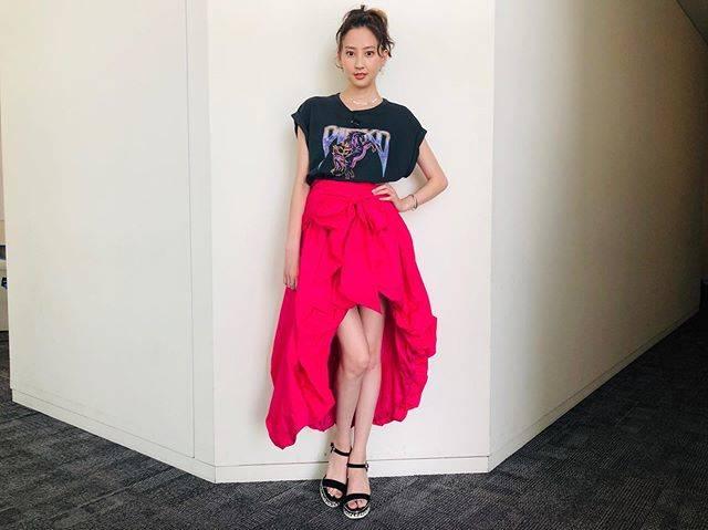 "Mayuko Kawakita 河北麻友子 on Instagram: ""FASHIONT-SHIRT&SKIRT: PINKOBRACELET&RING: ageteEARRINGS: NOJESS#FASHION #衣装"" (634323)"