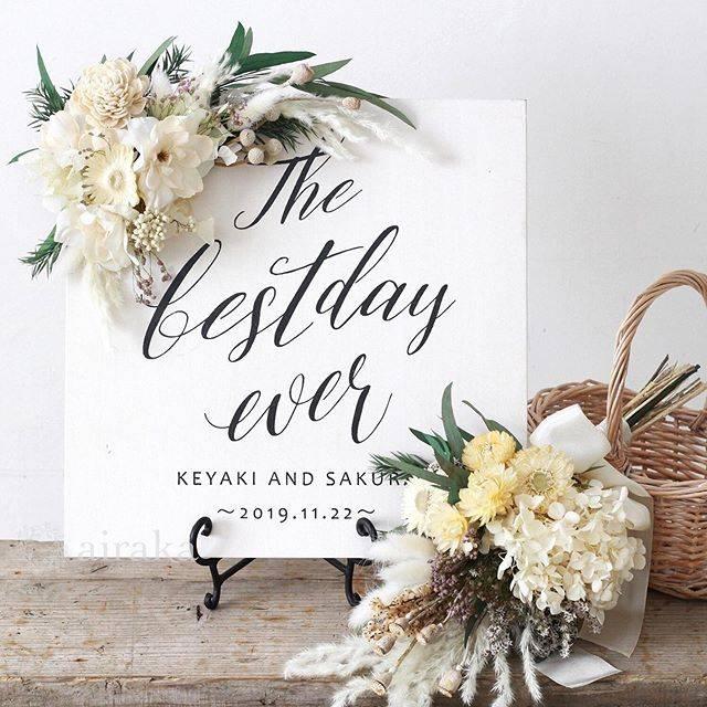 """airaka on Instagram: """"花飾りつきスクエアウェルカムボードに「ホワイトファーン」が仲間入りしました。 . 白〜エクリュ系のグラデーションに、グリーンや木の実を添えました。 . おそろいのスワッグつきのウェルカムボードは、ご結婚のお祝いにも人気のデザインです🎁 .…"""" (636918)"""
