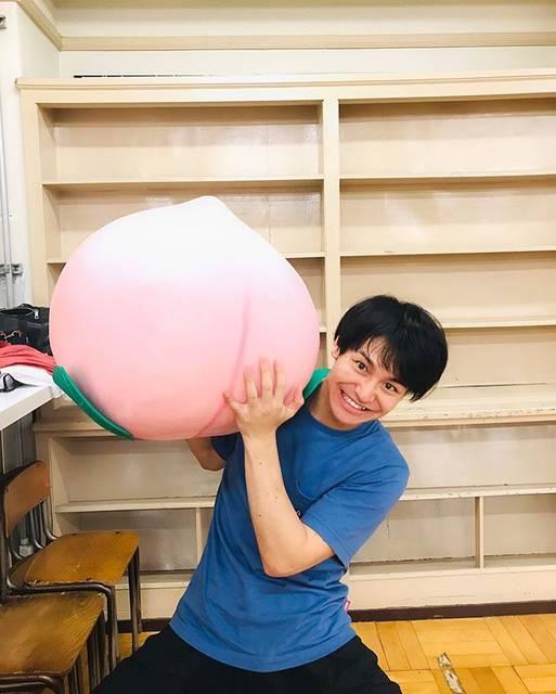 """小澤亮太 on Instagram: """"ももたろうの稽古でしたー..毎回笑いが止まらない稽古場..笑わせるにプロにリスペクトです..みなさんもご期待下さい!..#ももたろう #よしもと #ルミネtheよしもと #いぬ #稽古 #桃"""" (639726)"""