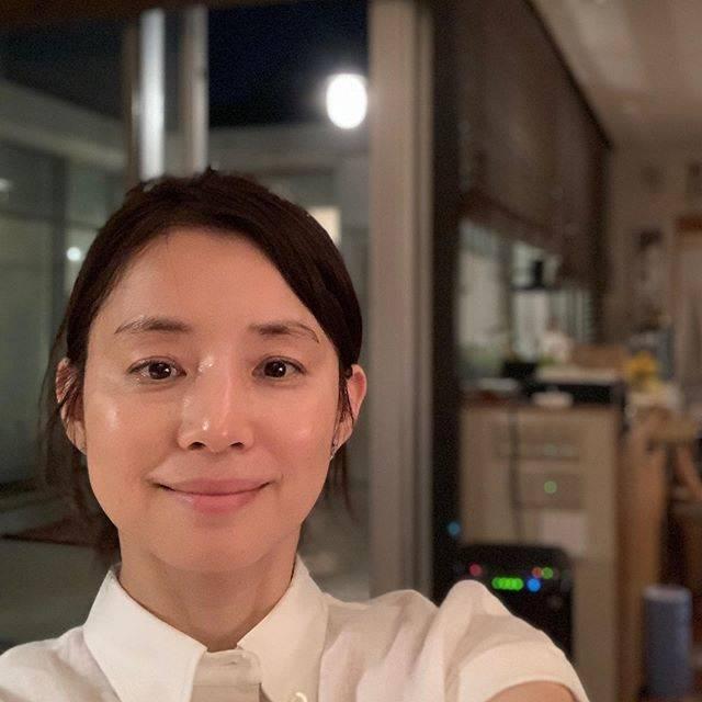 """石田ゆり子 on Instagram: """"顔がぴかぴかに撮れたので 恥ずかしながら載せます。 日々いろんなことがありますが 前を向いて頑張ろう、なんて 思うのは ぴかぴかの顔の効果なのか。 ぴかぴかといえば 本日は 妹(ぴか)の 誕生日です。 わたしは妹を、子供の頃からずっと ぴか、と呼ぶ。 お互いすっかり…"""" (641468)"""