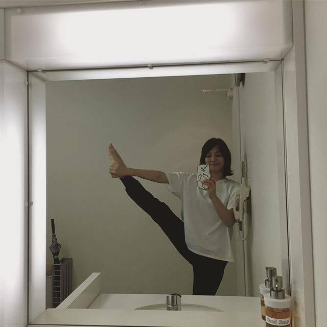 """石田ゆり子 on Instagram: """"ストレッチ。これ以上、あがらない…錆びない体をめざして。"""" (641496)"""