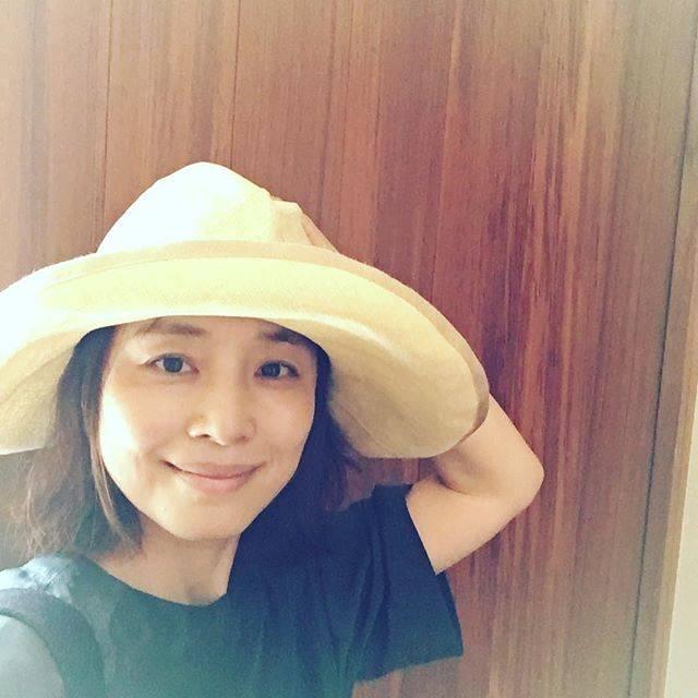 """石田ゆり子 on Instagram: """"お暑うございます。猫スタグラム阻止すべくたまには、にんげんを。みなさまどうぞ熱中症に気をつけてください!帽子と水分、塩分👀"""" (641502)"""