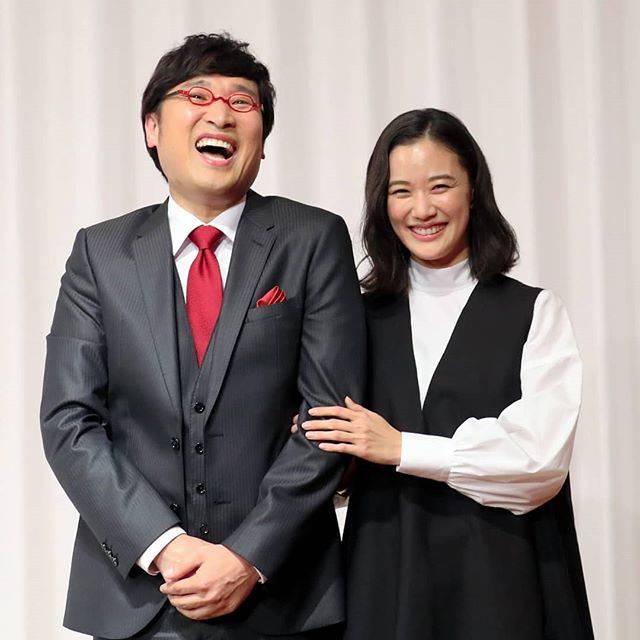 """朝日新聞 on Instagram: """"俳優蒼井優さん(33)とお笑いコンビ、南海キャンディーズの山里亮太さん(42)が5日、結婚したと発表した。東京都内のホテルで開いた会見ではお互いについて、蒼井さんは「眼鏡を変えるとかっこいい。仕事に対する姿勢を尊敬している」、山里さんは「話も合うし、好きなものがいっしょ。(交際を了承され)夢かと思った」と語った…"""" (643818)"""