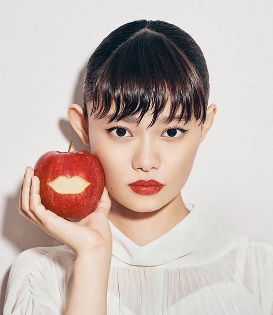 """吉田ユニ YUNI YOSHIDA on Instagram: """"#装苑 #連載 PLAY A SENSATION🍎👄vol.32 GUEST  #杉咲花 #lip #apple"""" (646333)"""