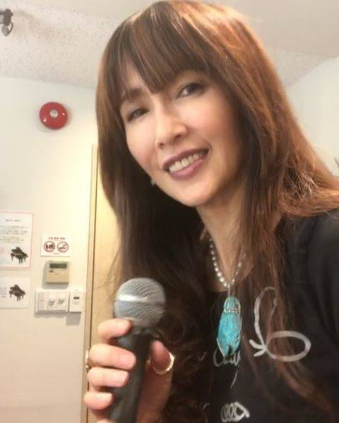"""Kudo_shizuka on Instagram: """"9,700人の中に参加できずにガッカリされている方へ 😊 大好きな名曲、深紅の花を贈ります。 私の歌全曲、私だけのものではありません。 私とファンの方々の宝物です。  ホールでは100倍音が良いので是非いらして下さいね!  歌っている顔は悪しからず。笑笑  #工藤静香ライブ…"""" (646672)"""