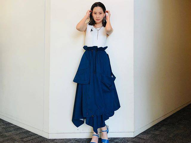 "Mayuko Kawakita 河北麻友子 on Instagram: ""FASHIONTOP: ENFOLDSKIRT: någonstansEARRINGS&NECKLACE:ADER bijouxRINGS: e.m.HEELS: SLY#FASHION #衣装"" (648010)"