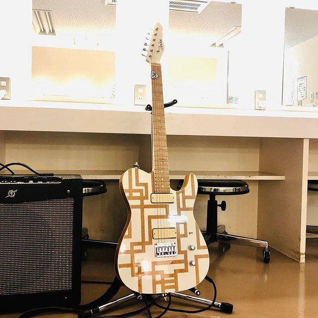 "HOTEI Official on Instagram: ""今ツアーも楽屋にはこのギター。#ギタリズム6ツアー #布袋寅泰 #guitar #ウォームアップ"" (652827)"