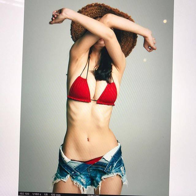 """馬場ふみか on Instagram: """".週プレ no.34・35表紙のオフショットなんか変なやつ。肋骨だけすごい出やすいのよね😞"""" (653383)"""