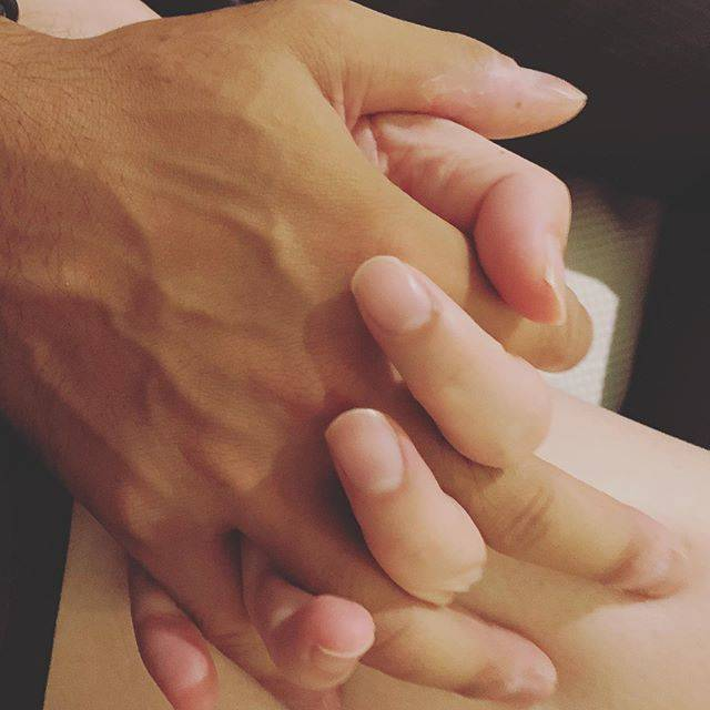 """かざみ ゆう on Instagram: """"【繋ぐ手と手】 手のひらを握りあう。    握手^_^       相手のエネルギーが   そこからグワーっと入ってくる。     大好きな人なら   愛に満ちたエネルギー。      苦手な人なら?  …"""" (654122)"""