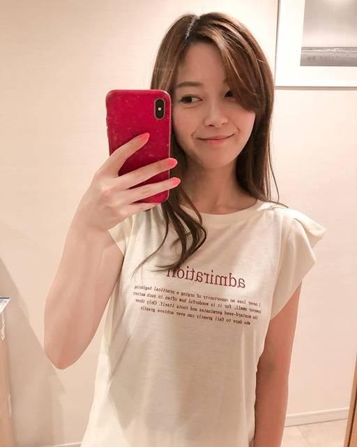 """@rinayamashita on Instagram: """"夏だ!暑いぞ!Tシャツの季節〜✨ とはいえカジュアルすぎるのもつまらないので肩がシフォンみたいなヒラっとなってるTシャツを💓 どこかがヒラっとしてるのすき😚  fch521-0334 @feerichelu #feerichelu #feerichelu_style #pr…"""" (656939)"""