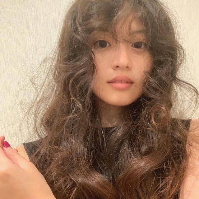 """今田美桜 on Instagram: """"セミオトコの美奈子の髪型をほどいたらくるくるくるくる🤯今日は5話です。美奈子の秘密も。ぜひに☺︎@semiotoko_tvasahi"""" (658449)"""