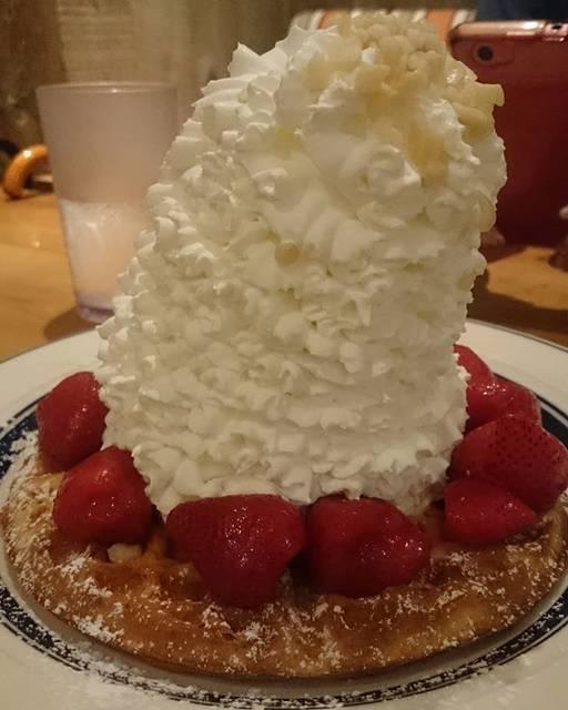 """belleza2015 on Instagram: """"これはパンケーキではなく、ワッフル🎵 ホイップが倒れそう❗ #eggsnthings #えっぐすんしんぐす #エッグスンシングス原宿店 #ワッフル #ストロベリー #マカダミアナッツ #ホイップクリーム #ホイップ #原宿 #原宿カフェ #原宿スイーツ #スイーツ…"""" (658828)"""