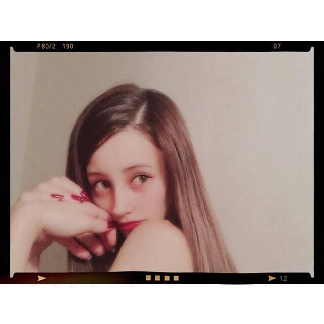 """ダレノガレ 明美 on Instagram: """"毎日があっという間に過ぎていく🌹, 9月16日幕張メッセで行われる GirlsAwardにてCAROME.スペシャルステージが決定しました💐 素敵なステージになるように毎日頑張って衣装をアレンジしてます☺️🌼, ボタンをひたすら縫って縫って、、、 ボタン付けが好きでよかった😂…"""" (661310)"""