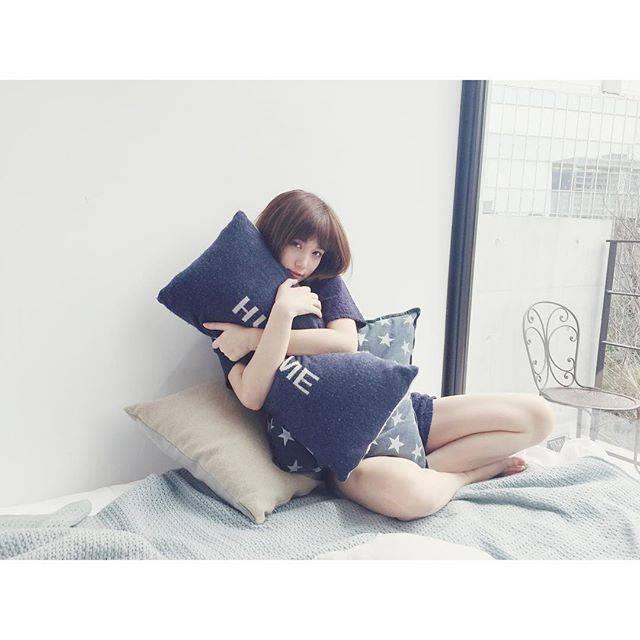 """honda tsubasa on Instagram: """"クッションになりたいという方、いいのですか?私は時にクッションをムギュッなんてかわいいもんじゃなくグシャッて全身全霊で抱きしめるしゲームする時は腕置きとして使うし、たまにガブちゃんが全力でひっかいてきますよ。#洗濯は週1ペース"""" (663972)"""
