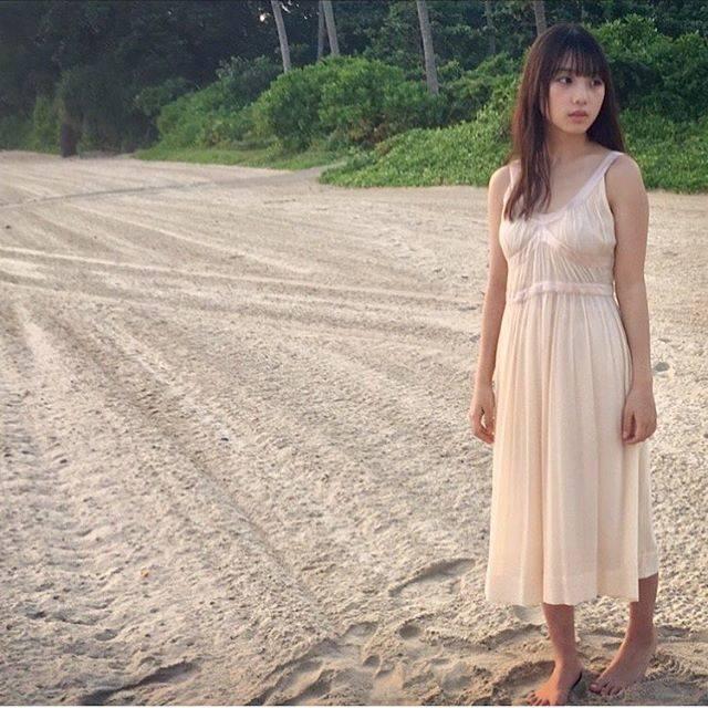 """【公式】与田祐希1st写真集 日向の温度 on Instagram: """"日の出の時間の砂浜は冷たくて。でもビンタン島は暖かく風も波の音も静かで 清々しい朝。空気も美味しかった。……#日向の温度#ビンタン島#よだっちょ#与田ちゃん#与田祐希#乃木坂46"""" (674330)"""