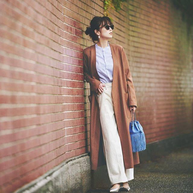"""Oggi編集部 on Instagram: """"明日何着る?365日コーデ \定番ノーカラーアウター/ 【長い丈が今っぽいバランスをつくってくれる】 スタンドカラーシャツやワイドデニムでトレンド感高めに仕上げて。 トレンドカラーのブラウンをブルー&白の爽やか配色でリフレッシュ!…"""" (678928)"""
