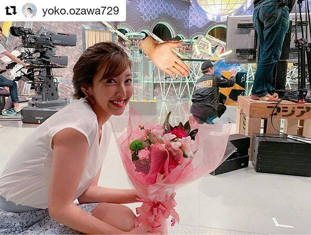 """OHK公式 on Instagram: """"#Repost @yoko.ozawa729 (@get_repost) ・・・ 𝚊𝚝 𝚠𝚘𝚛𝚔☻  後ろでカンペを出しているのは……『全力!脱力タイムズ』の総合演出🎬名城ラリータさんっ✨ この間の収録日は、我らが ラリータさんの お誕生日でした🎂 おめでとうございます🎈…"""" (679545)"""