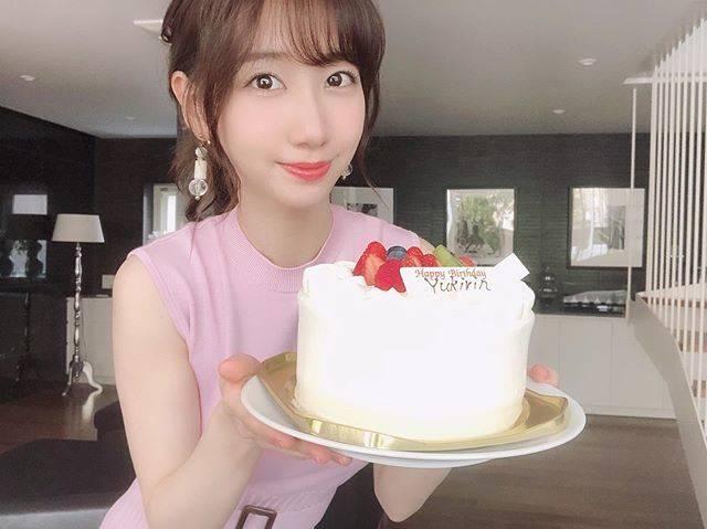 """柏木由紀(Yuki Kashiwagi) on Instagram: """". 本日、誕生日を迎えました🎂✨ 28歳!信じられない...😮笑 . 28歳は何事にも前向きにチャレンジしたいと 思っています! まだまだやったことのないことや知らないことが たくさんあると思うので、そういうことに 積極的に触れていきたいです。…"""" (680124)"""