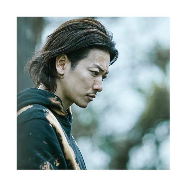 """佐藤健 ( Satoh Takeru ) on Instagram: """"雄二役の #佐藤健 さん。 「僕が健くんに期待していた部分が、雄二という役を演じてもらいながら見えてきたものが凄いあって良かったです(#白石和彌 監督)」 普段、あまり見ない佐藤健さんの髭姿は、雄二にあわせて監督が提案しました。そんな佐藤さん演じる雄二が楽しみです。 #ひとよ…"""" (680615)"""