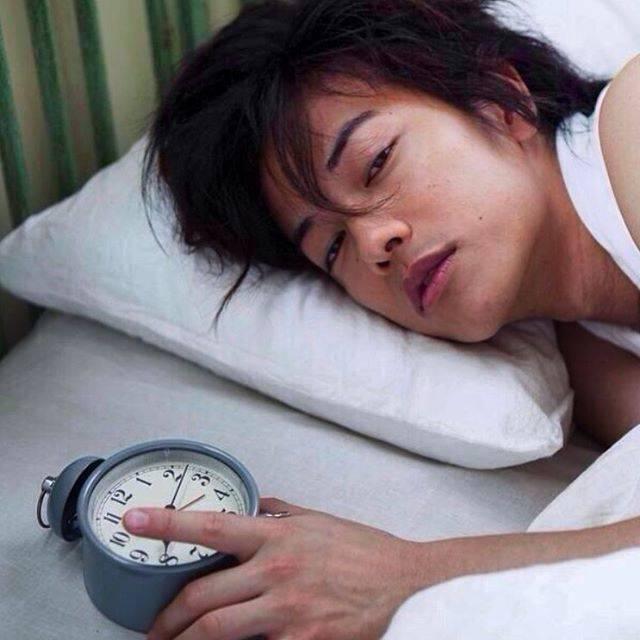 """すみれ(Sumire) on Instagram: """"☆ おはよー。 眠いねー😪💤 ベッドにこんな健さんいたら 毎朝スッキリ起きられるのにね😁 (その前に緊張して一睡も できんかな💦)←結局寝不足(笑) Good morning. Have a good day🌈 #佐藤健 #さとうたける #るろうに剣心 #satohtakeru…"""" (680682)"""