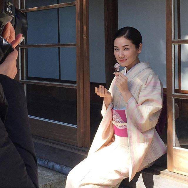 """美しいキモノ on Instagram: """"GWも後半戦。東北や北海道ではお花見を楽しまれている方も多いでしょうか。春号「お花見のきもの」での吉田羊さんの撮影中の秘蔵カットです。桜の花びらを手にポーズ。お美しいです!#美しいキモノ#きもの#吉田羊#ヒツジスト#羊#紅花紬#銀座もとじ#山岸幸一#四ツ井健#utsukushiikimono"""" (686053)"""