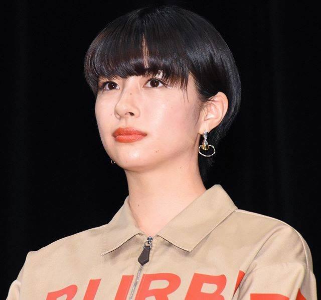 """Makoto Sasaki on Instagram: """"顔が似てると声も似るんだな😲  織田裕二主演のドラマ『SUITS/スーツ』にも出演していた佐久間由衣。そのドラマ自体は観ていないのだが、テレビから流れてきた彼女の声を聞いた時は一瞬、「あ、広瀬すずも出てるんだ!」って勘違いしたほど、声がソックリだったのだ。…"""" (690289)"""